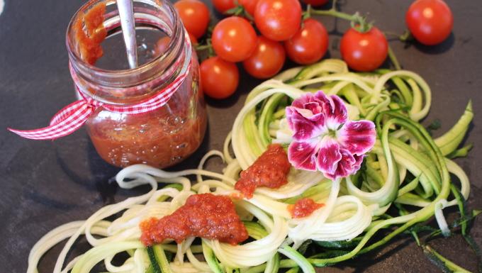 Zucchinispaghetti mit Tomatensauce