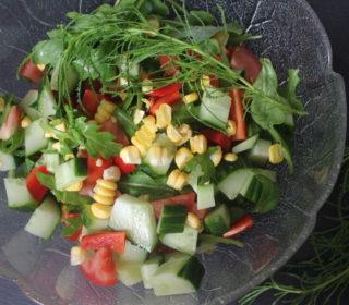 Salat mit frischem Olivenkraut und Mais
